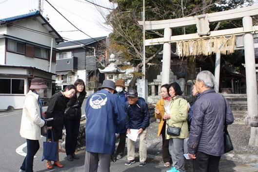 旧東海道由比宿を行く